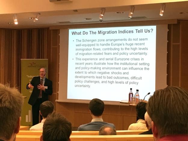 Forskaren Steven Davis vid IFN-seminarium. Foto: SIX News