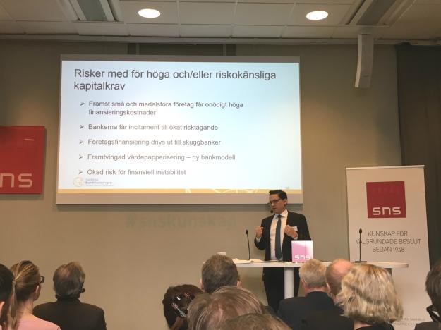 Bankföreningens VD Hans Lindberg vid SNS-seminarium. Foto: SIX News