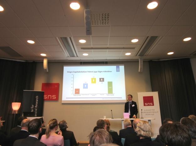 Riksbanksledamot Martin Flodén vid SNS-seminarium. Foto: SIX News